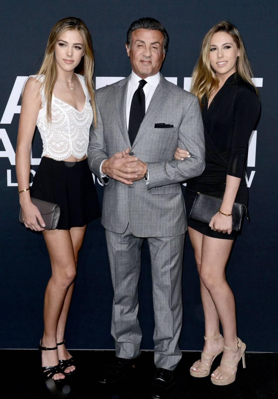 Sylvester Stallone entouré de ses deux filles au défilé Saint Laurent Paris Automne-Hiver 2016/2017, à Los Angeles.
