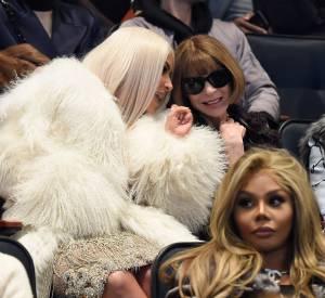 Kim Kardashian en plein conversation avec Anna Wintour au défilé Yeezy Season 3.