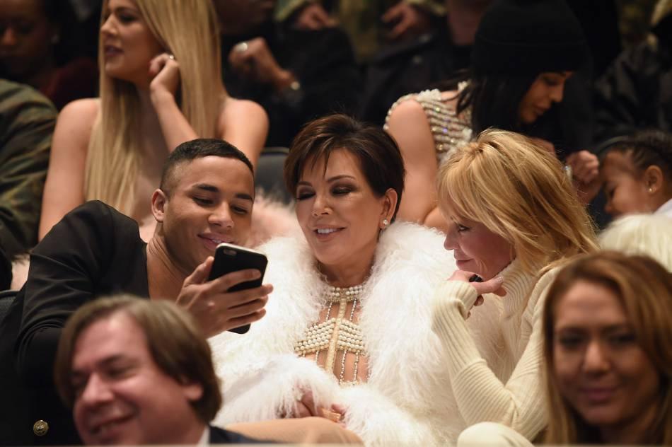 Kris Jenner au milieu d'Olivier Rousteing et Melanie Griffith au défilé Yeezy Season 3.