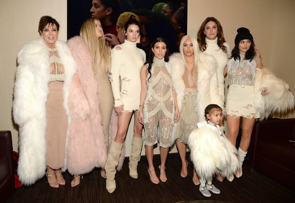 L'ensemble du clan Kardashian-Jenner au défilé Yeezy Season 3.
