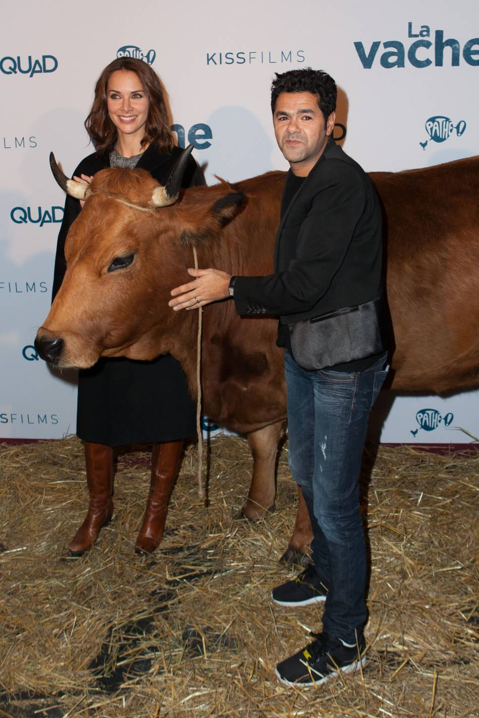 MélissaTheuriau aux côtés de Jamel Debbouze et de Jacqueline la vache.