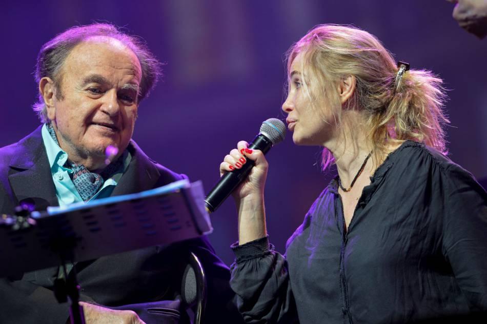 Emmanuelle Béart et son père, Guy Béart sur la scène de l'Olympia de Paris en janvier 2015.