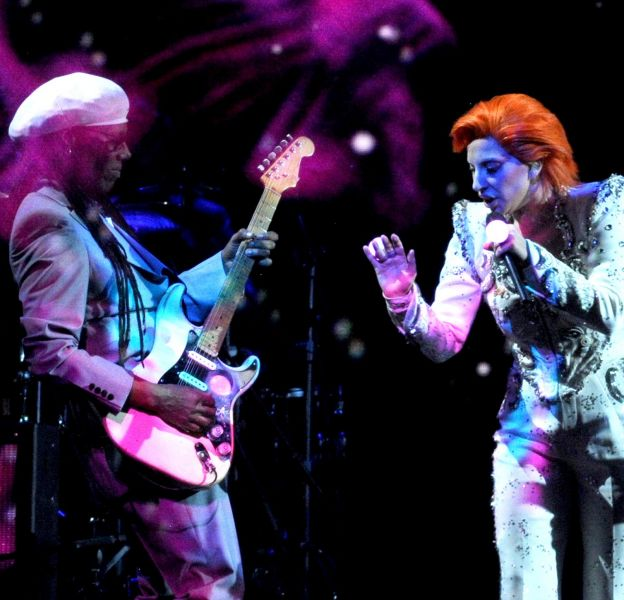 Micro-apparition de Beyoncé, absence de Rihanna et hommage de Gaga à Bowie, retours sur les moments marquants des Grammy Awards 2016.