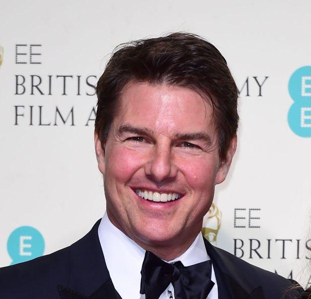 Tom Cruise est arrivé gonflé et rouge au photocall des BAFTA le 14 février 2016 à Londres.