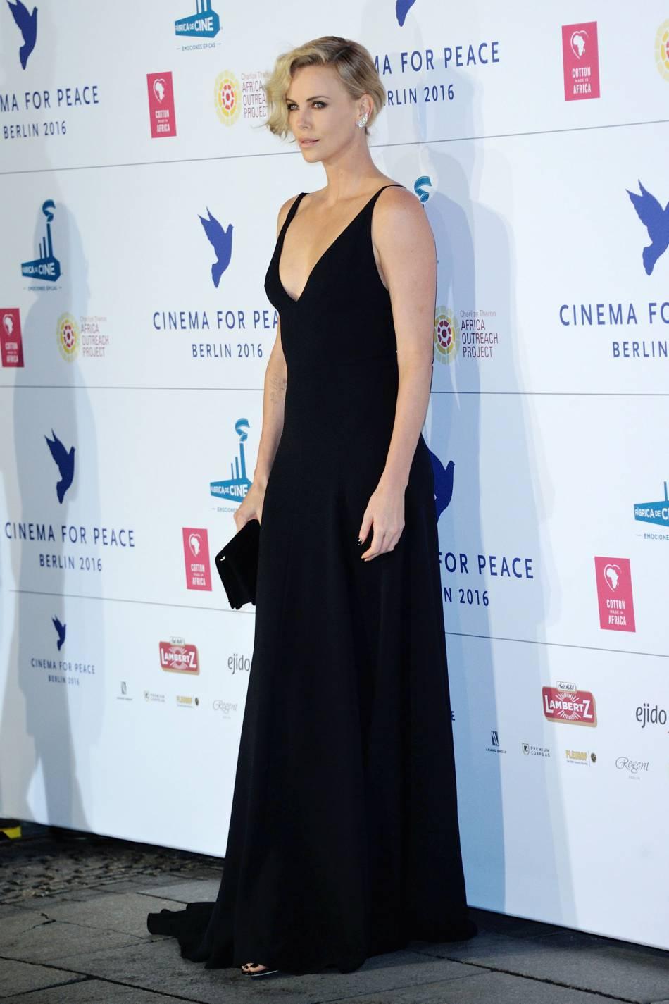 Charlize Theron et son décolleté à tomber aux Berlinales 2016.