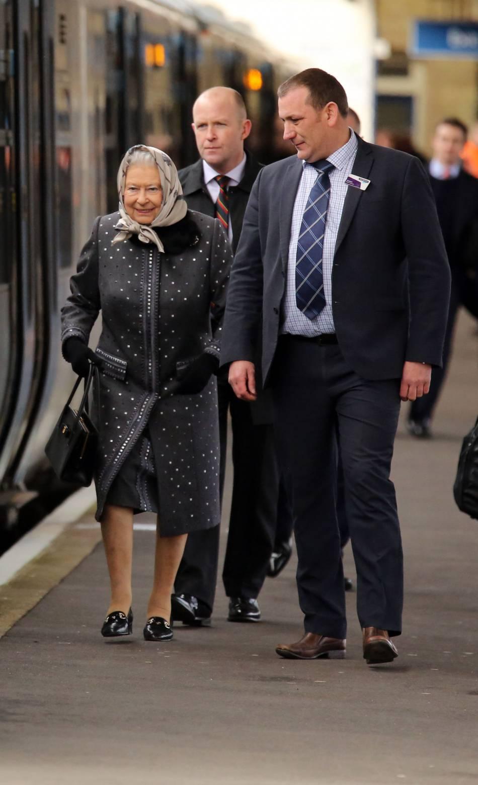 Le lendemain, c'est en train que la reine a rejoint la capitale. Par souci d'économie ou parce qu'elle a le mal de l'air ?