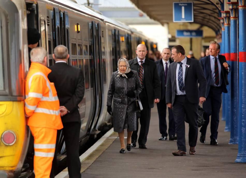 Kate Middleton prend l'hélico ? Elisabeth II préfère le rail !