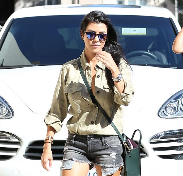 Kourtney Kardashian se dévoile en string pour une session basketball.