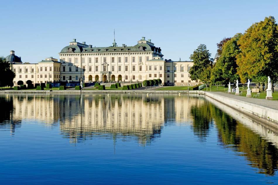 Le château de  Drottningholm, où vivent le roi et la reine de Suède. Sofia et Carl Philip emménagent dans le parc du château, au Pavillon du lac.