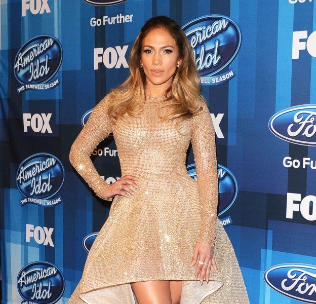 """Jennifer Lopez, une vraie princesse sur le red carpet de la finale d'""""American Idol"""", le 7 avril 2016."""