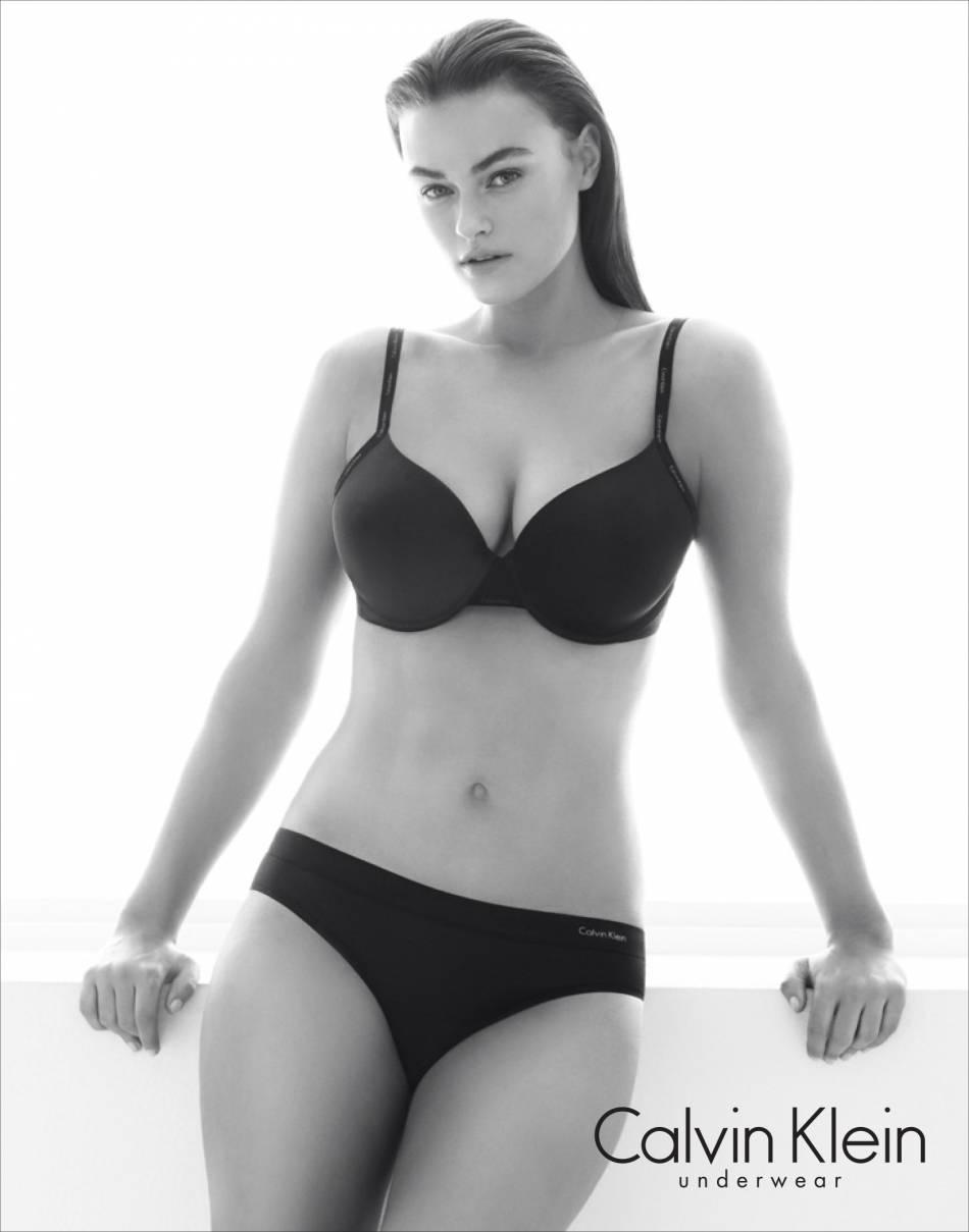 Myla Dalbesio, taille 40, a été choisi comme égérie par Calvin Klein.