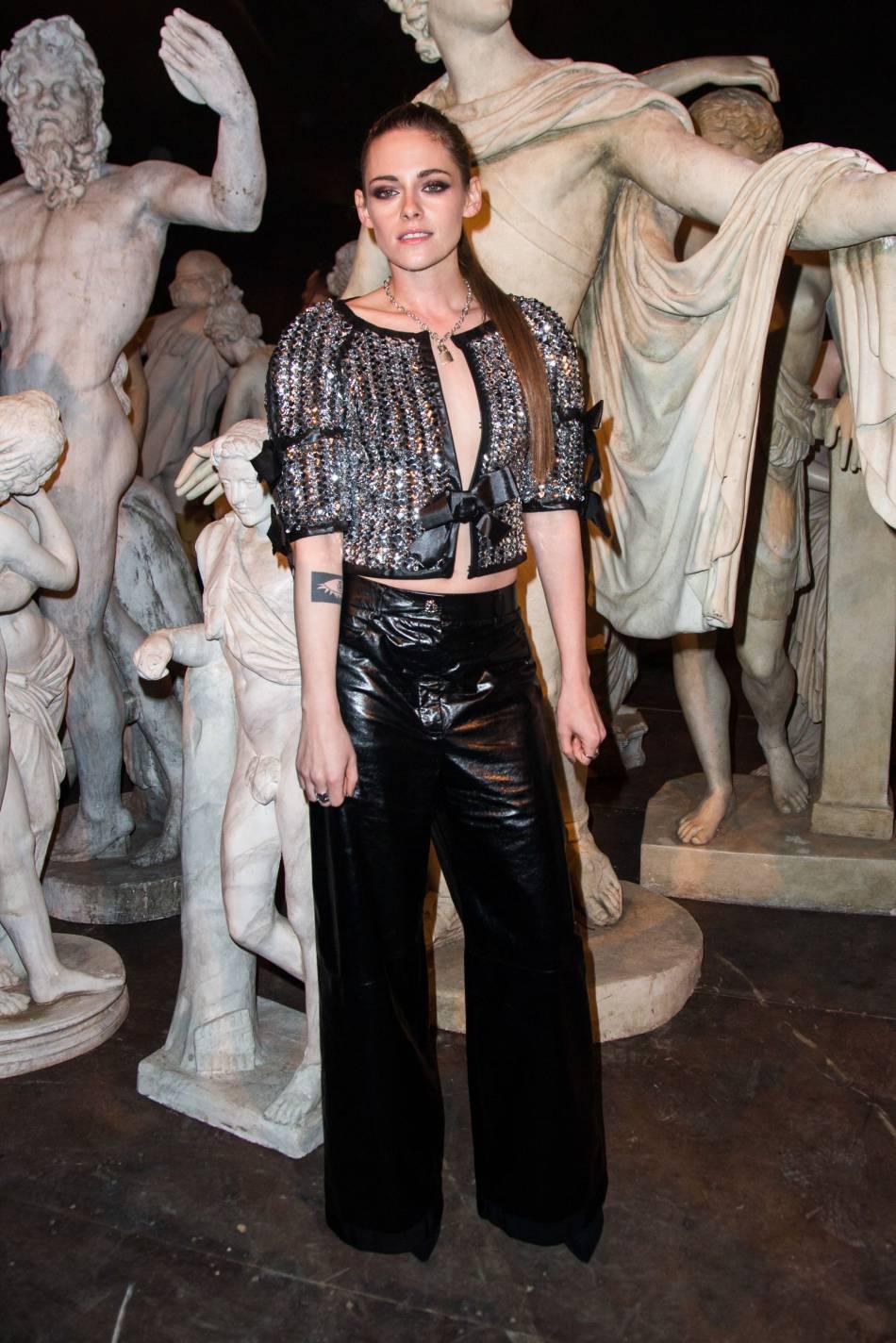 Devenue l'une des chouchoutes de Karl Lagerfeld, l'actrice assiste ici au défilé Métiers d'arts de Chanel à Rome en 2015.