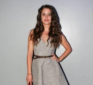 """Le match """"jupe trapèze"""" : Alice David est canon dans sa robe trapèze grise, qu'elle accessoirise de chaussures et d'une pochette violine."""