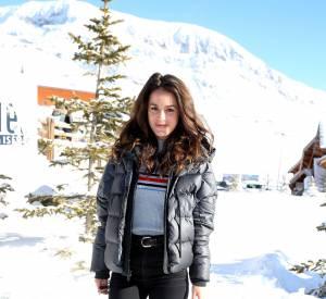 """Le match """"au ski"""" : Alice David opte elle pour le slim noir, les chaussures de rando et la doudoune. Comme quoi, on peut marcher dans la neige et rester stylée."""