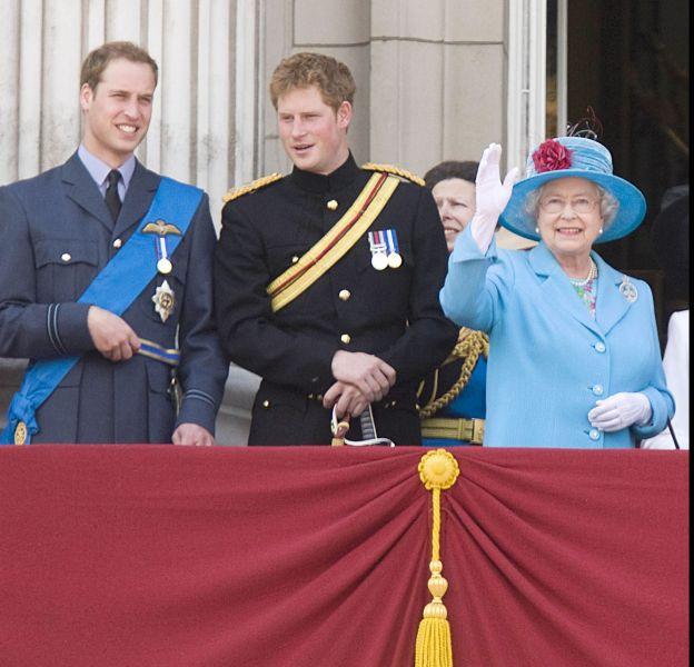 Le prince William est plus proche de la reine qu'Harry qui, lui, a un peu peur d'elle !