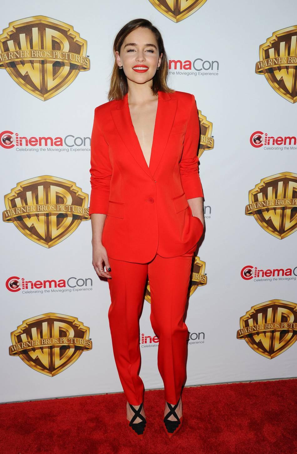Emilia Clarke topless sous son blazer.