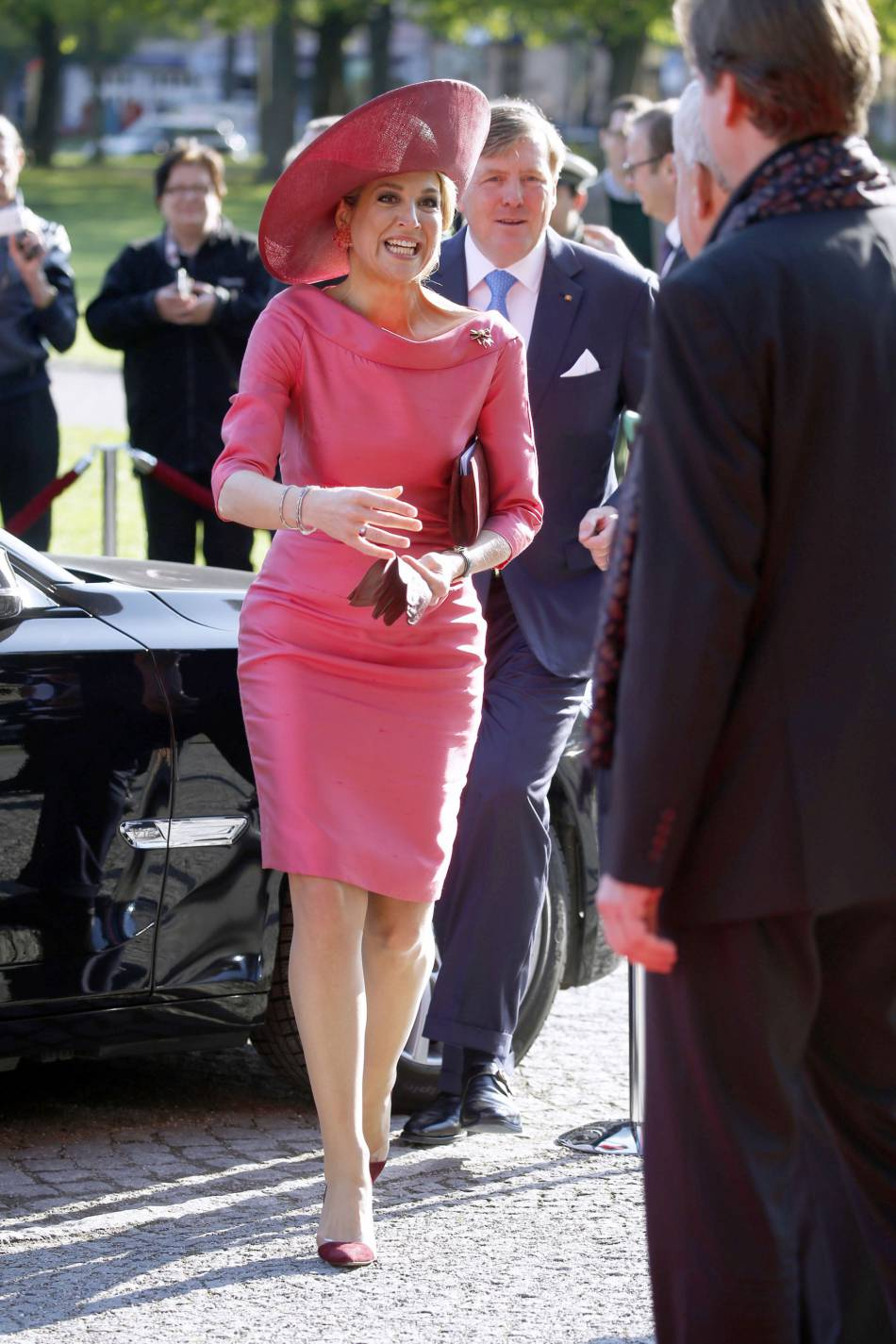 Maxima des Pays-Bas a mis le paquet dans une robe près du corps d'un rose flashy.