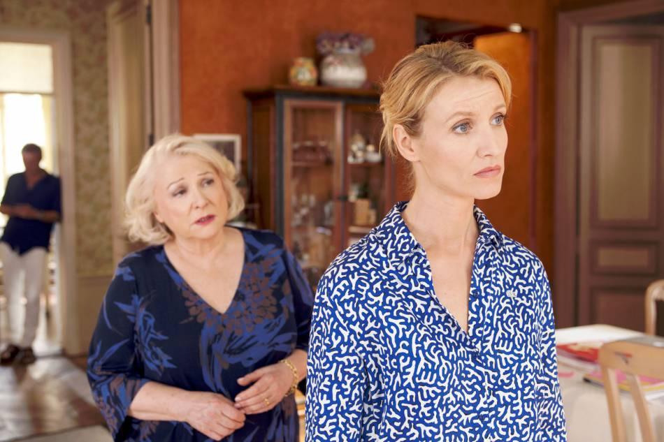 Stéphanie (Alexandra Lamy) est contrainte de retourner vivre chez sa mère (Josiane Balasko). Un retour qui ne se fait pas sans heurts.