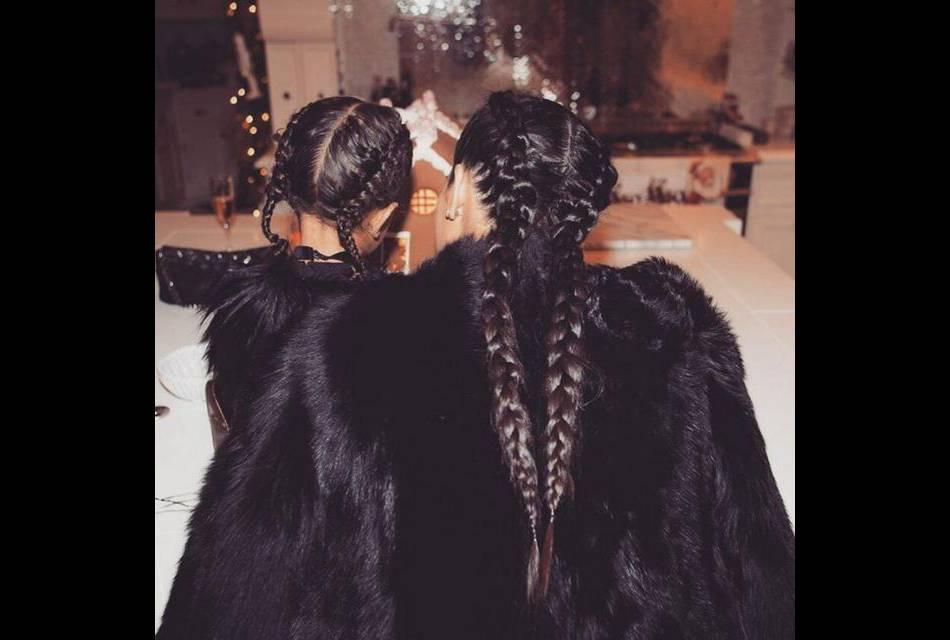 Kim Kardashian est celle qui a lancé cette tendance sur le tapis rouge... Sa fille a déjà suivi le mouvement.