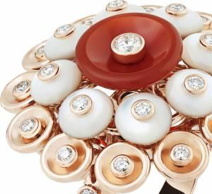 "Bague ""Bouton d'or"" en or rose, cornaline, nacre et diamants de Van Cleef & Arpels."