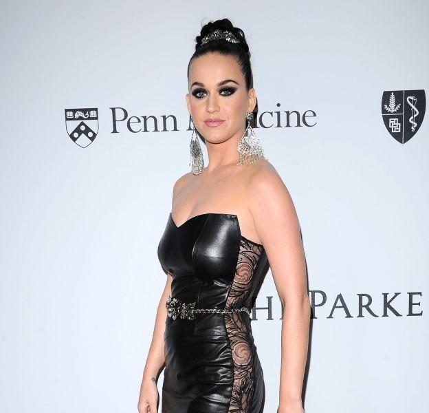 Katy Perry était très sexy dans une robe en cuir pour un gala de charité à Los Angeles.