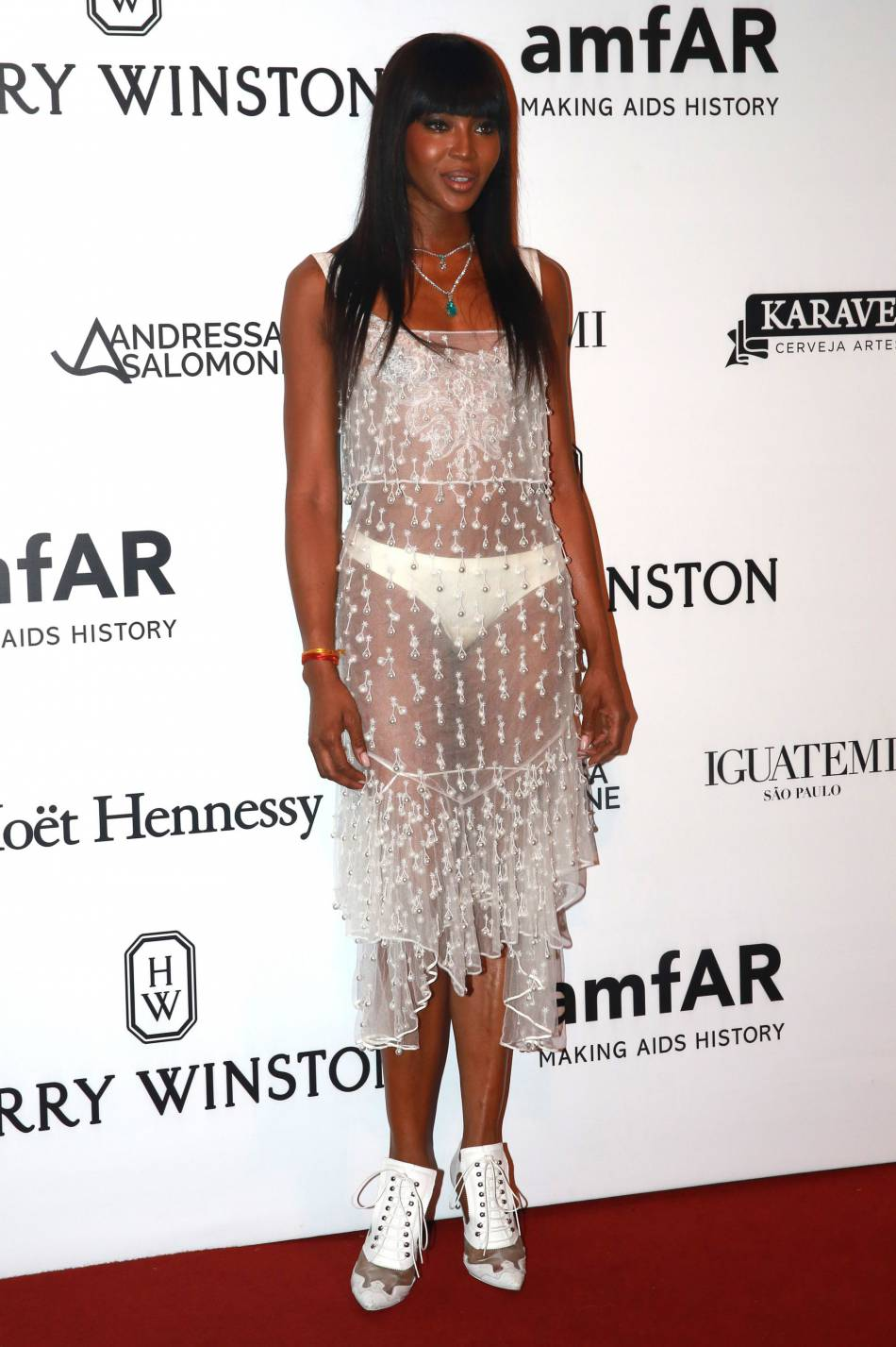 Naomi Campbell, culotte apparente dans sa robe Givenchy au gala de l'amfAR, vendredi 15 avril.