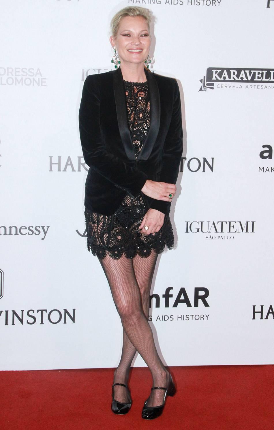 Kate Moss mise elle sur une petite robe en dentelle noire.