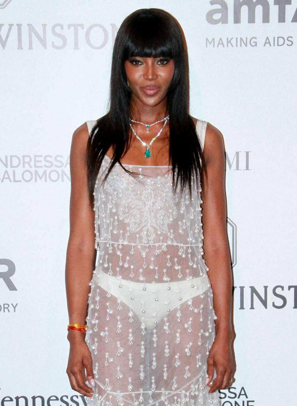 Naomi Campbell ose la robe transparente sur le tapis rouge.