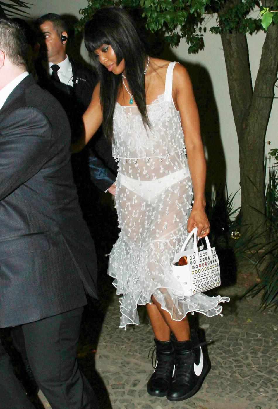En dehors du tapis rouge, c'est avec une paire de Nike que Naomi Campbell accessoirise sa tenue.