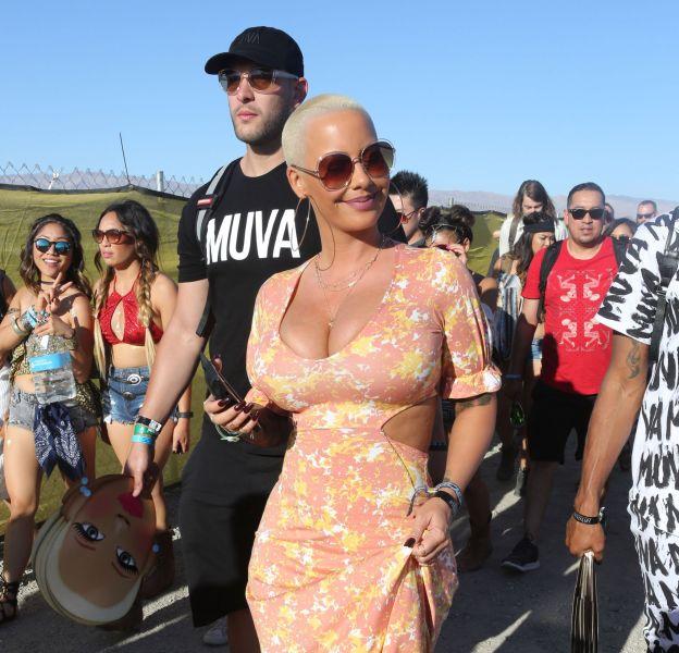 Amber Rose affiche sa poitrine XXL à tout va à Coachella.