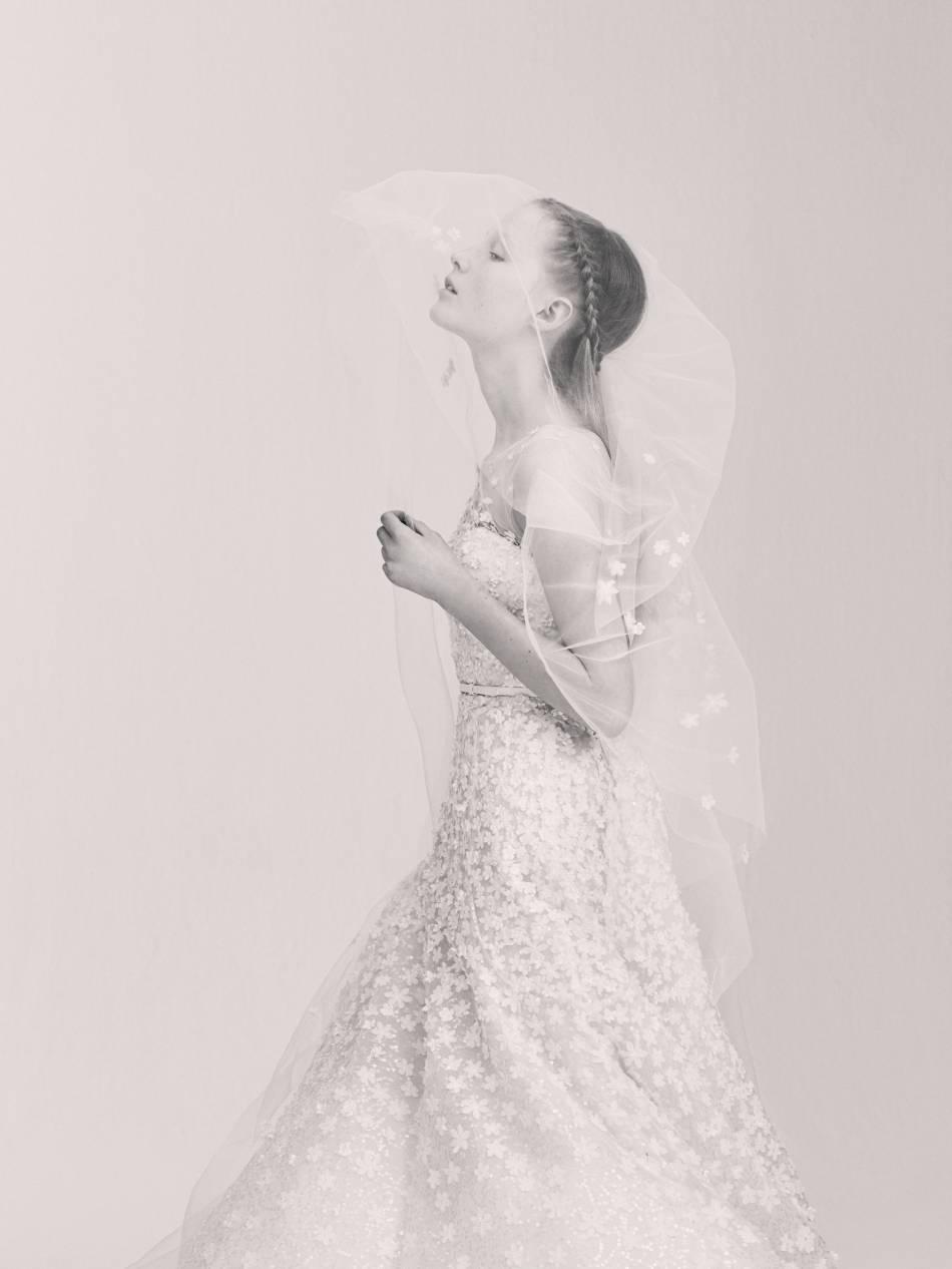 Image même du romantisme, cette image Elie Saab nous fait rêver.