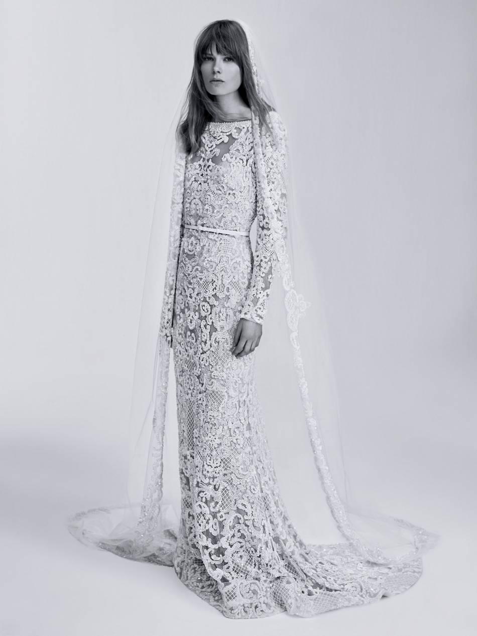 Cette robe façon sirène en dentelle est très couture.