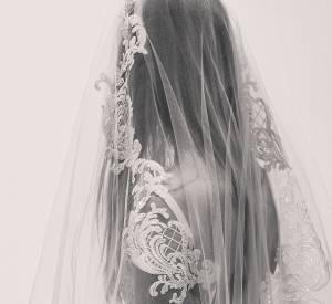 Les broderies de cette robe sont simplement époustouflantes.