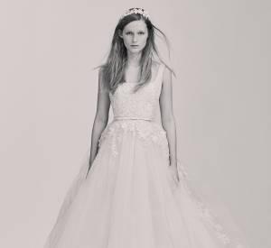 La jupe en tulle XXL est spectaculaire et attire tous les regards sur ce modèle.