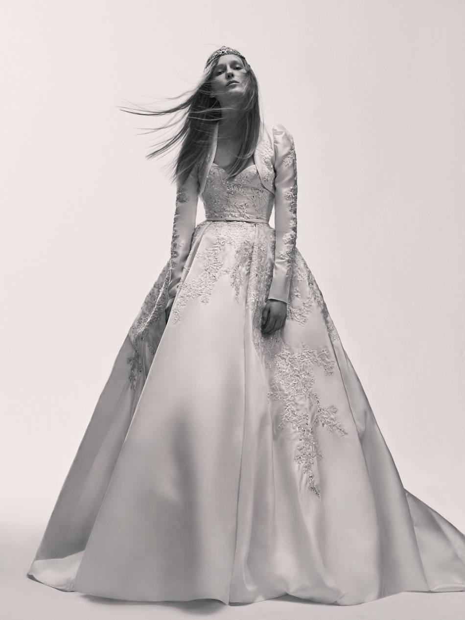 Une robe satinée très dynastie conclut en beauté cette ligne mariage.