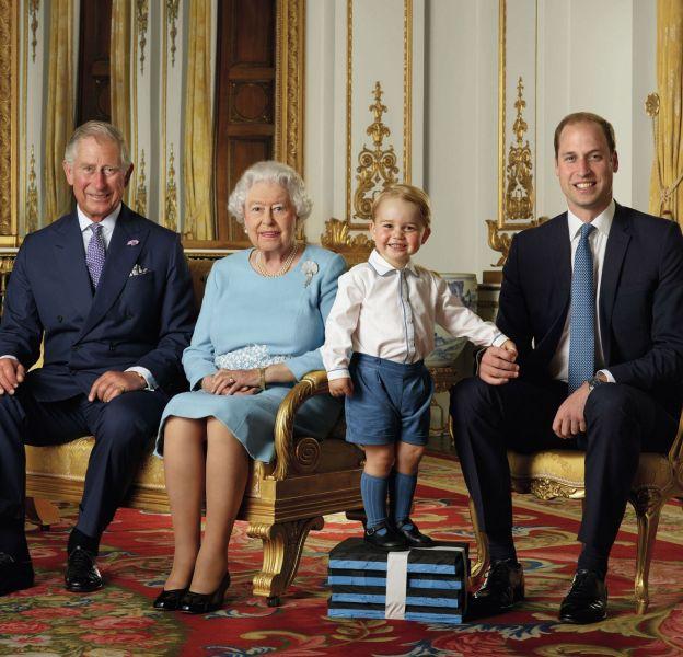 La famille royale dévoile un nouveau cliché officiel du prince George entouré du prince William, de la reine Elizabeth II et du prince Charles.