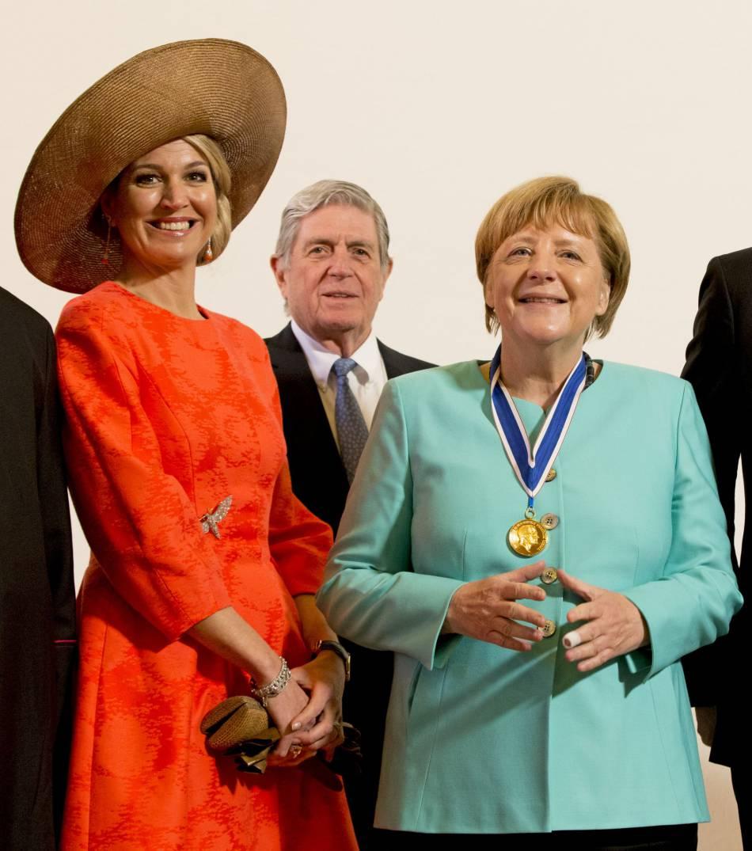 La reine Maxima aux côtés de la chancelière allemande en veste turquoise.
