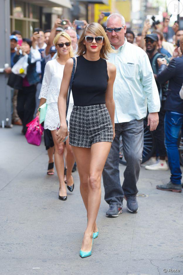 Le mini short taille haute met en valeur les jambes longues de Taylor Swift.