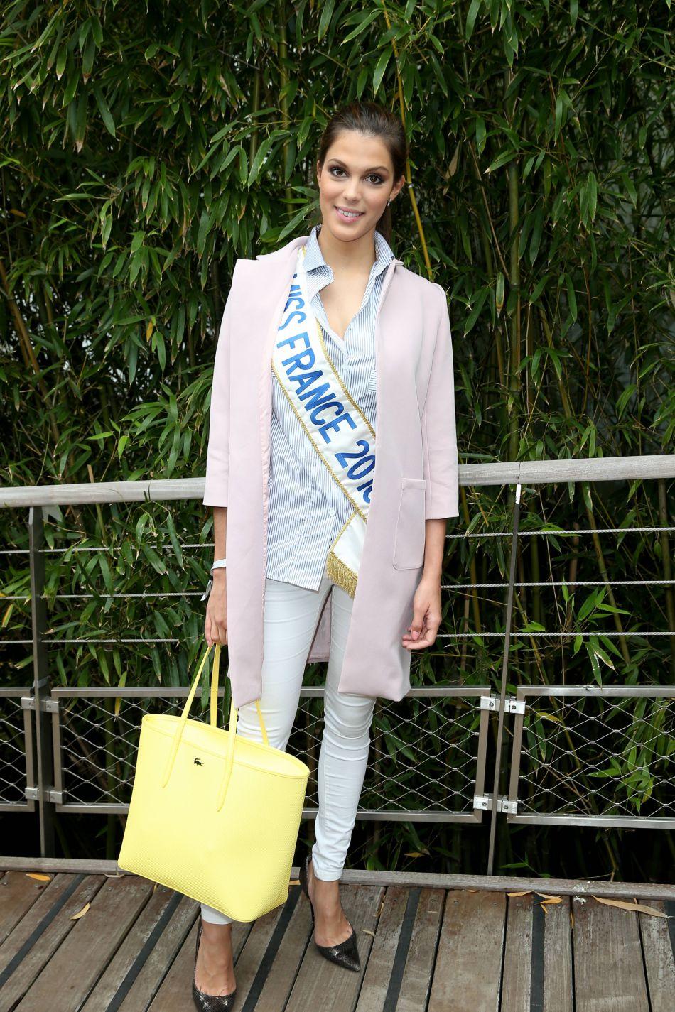 La belle Iris Mittenaere séduit ses fans avec des clichés sexy.