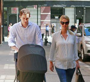 Trois jours après la naissance, les jeunes parents se sont promenés avec Lily Grace Victoria.