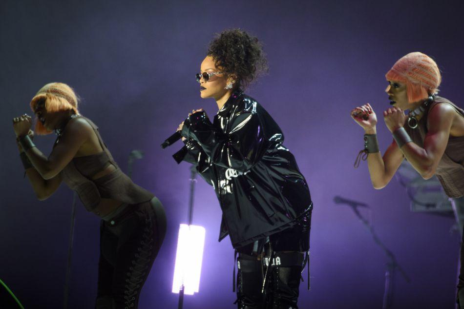 Sur la scène du V Fest, Rihanna signe un look pointu.