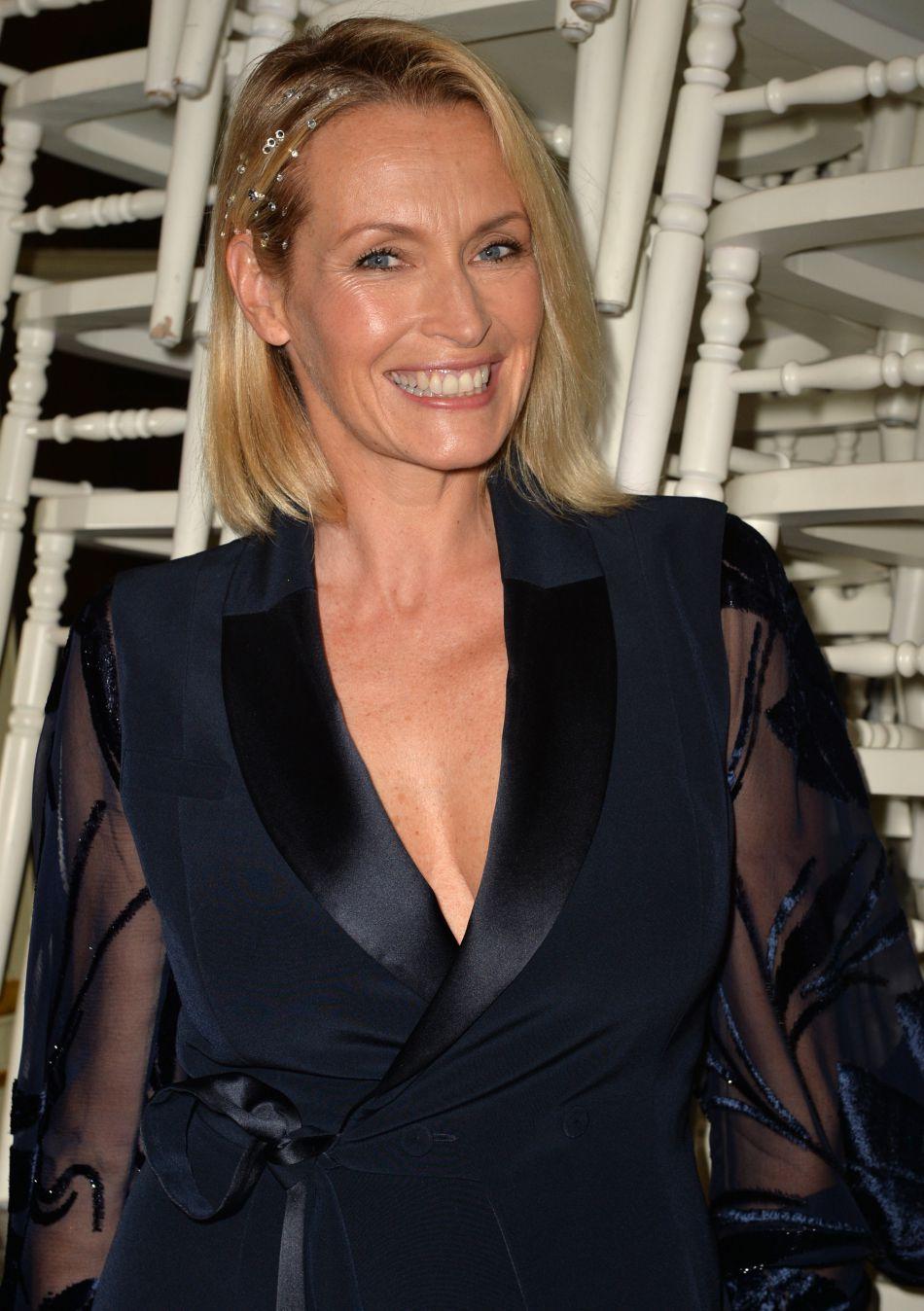 Estelle Lefébure affiche une ligne parfaite en bikini.