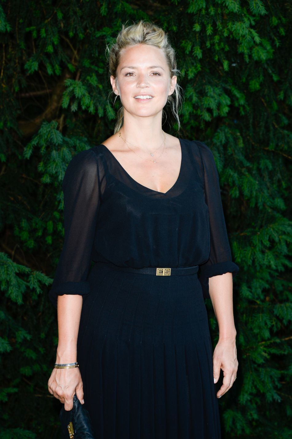 Virginie Efira est vêtue d'une robe noire légèrement transparente.