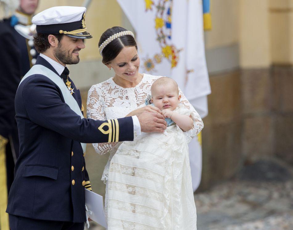 Les deux jeunes parents, le prince Carl Philip et la princesse Sofia, n'avaient d'yeux que pour le nouveau-né.