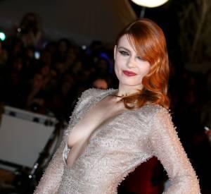 Lorsqu'elle ne pose pas topless dans les magazines, Elodie Frégé pose lascivement sur Instagram.