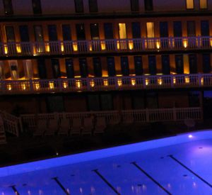 La piscine Molitor éclairée aux couleurs de Clarins.