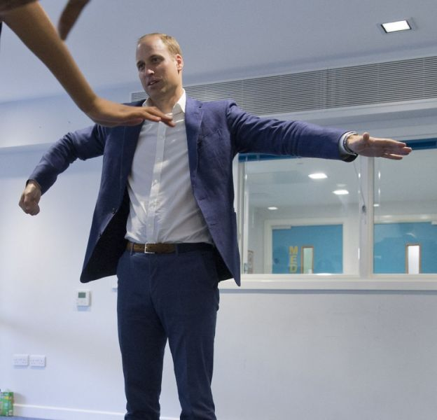Sans Kate Middleton pour se moquer de la manière dont il danse, le prince William s'est essayé au smurf.