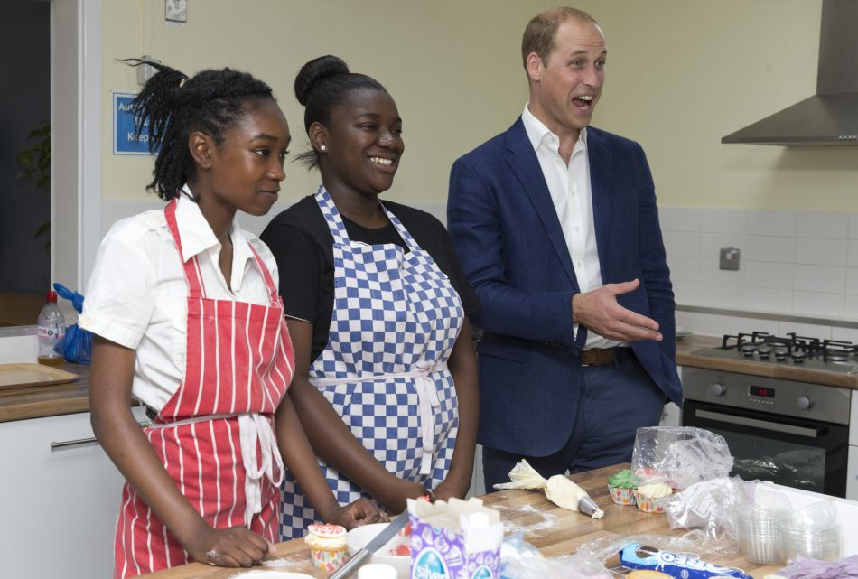 """Le prince William, duc de Cambridge, visite """"Caius House"""", un centre pour les jeunes à Londres le 14 septembre 2016."""