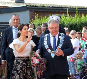 Mary du Danemark est vêtue d'une magnifique jupe aux motifs fleuris.