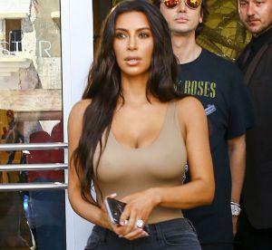 Kim Kardashian : robe argentée et décolleté XXL